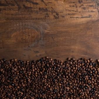 Grãos de café nas bordas na mesa