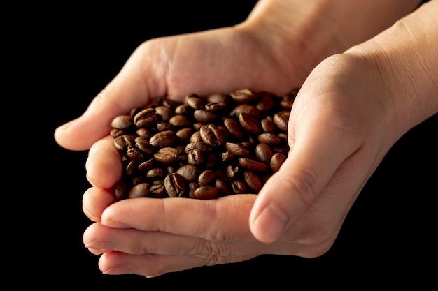 Grãos de café nas mãos de um homem