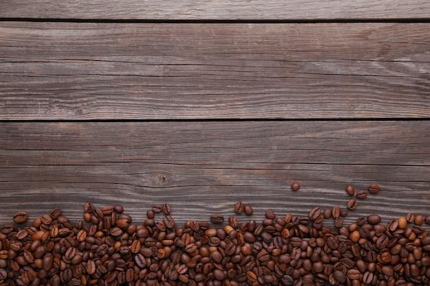 Grãos de café naturais em madeira cinza
