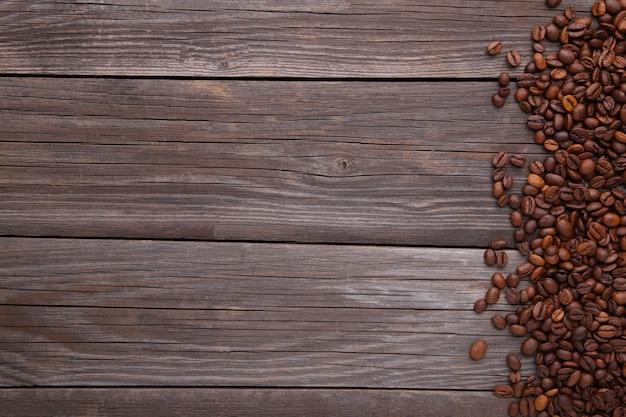 Grãos de café naturais sobre fundo cinza de madeira