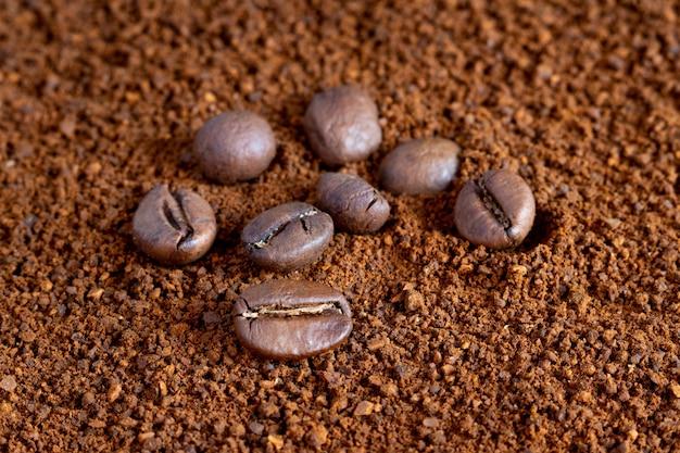 Grãos de café no café moído, fazendo café