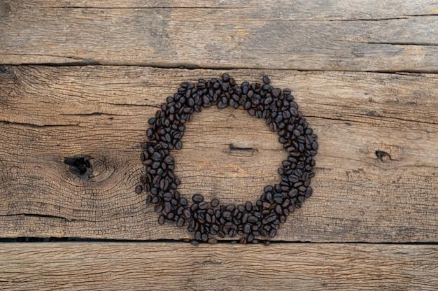 Grãos de café no chão de uma mesa de madeira
