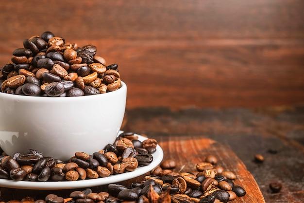 Grãos de café no copo em cima da mesa