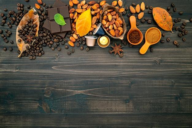Grãos de café no escuro de madeira.