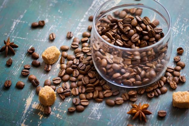 Grãos de café no frasco e solto no antigo fundo gasto