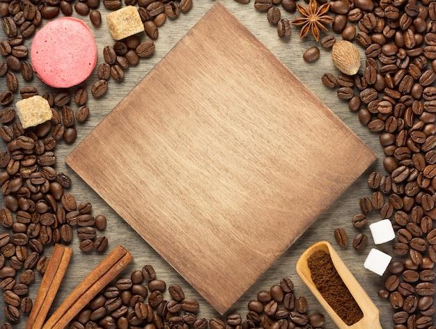 Grãos de café no fundo de madeira, vista superior