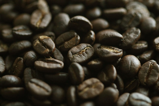 Grãos de café no fundo de madeira