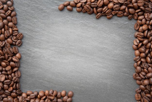 Grãos de café no fundo escuro, com lugar para espaço de cópia de texto