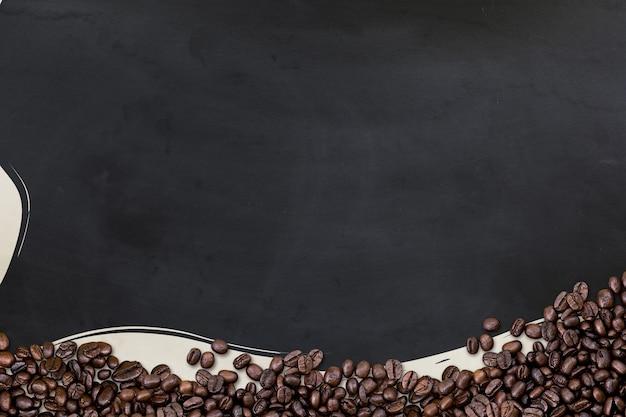 Grãos de café no fundo preto do assoalho de madeira. vista do topo. postura plana