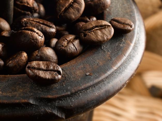 Grãos de café no moedor de café antigo
