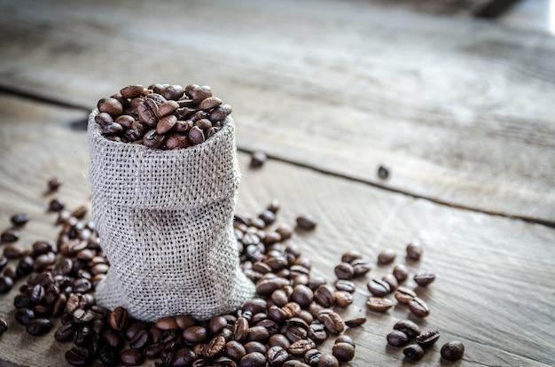 Grãos de café no saco de pano de saco
