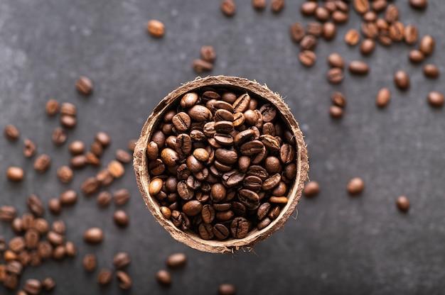 Grãos de café preto arábica em fundo escuro