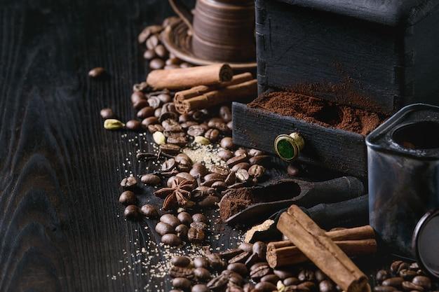 Grãos de café preto com especiarias