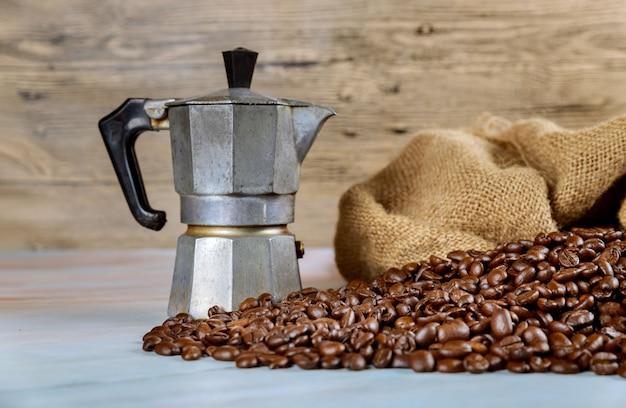 Grãos de café preto de cafeteira, máquina de café expresso