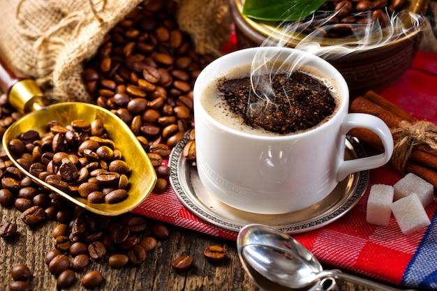 Grãos de café preto sobre um fundo antigo
