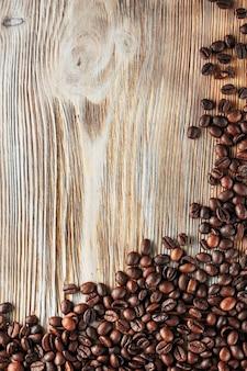 Grãos de café recém-torrados na textura de madeira