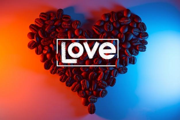 Grãos de café são destacados com neon forrado na forma de um coração
