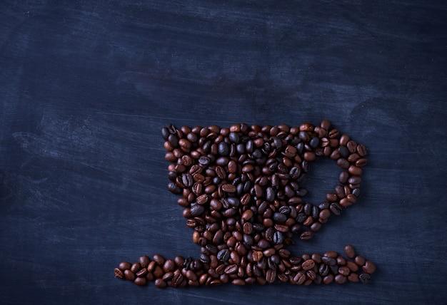 Grãos de café são organizados em formas de xícara de café