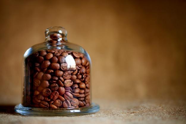 Grãos de café sob a cúpula de vidro. copie o espaço.