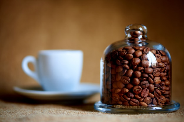 Grãos de café sob a cúpula de vidro.