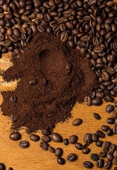 Grãos de café sobre a superfície de madeira