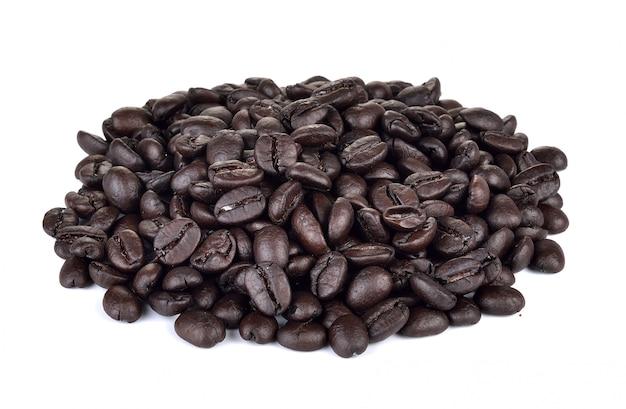 Grãos de café sobre fundo branco