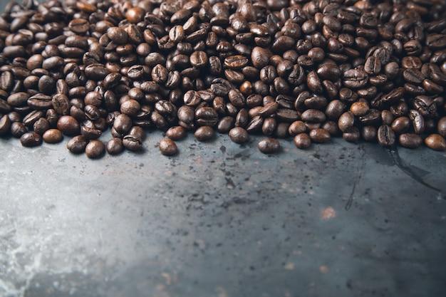 Grãos de café sobre fundo cinza metal rústico