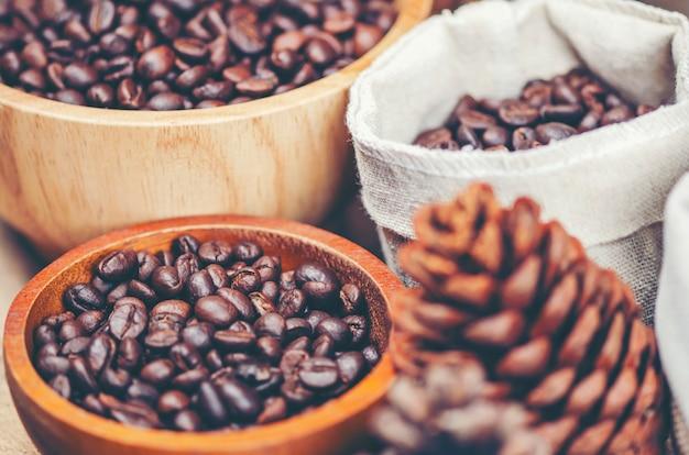 Grãos de café sobre fundo de madeira, café arábica, imagem de filtro vintage