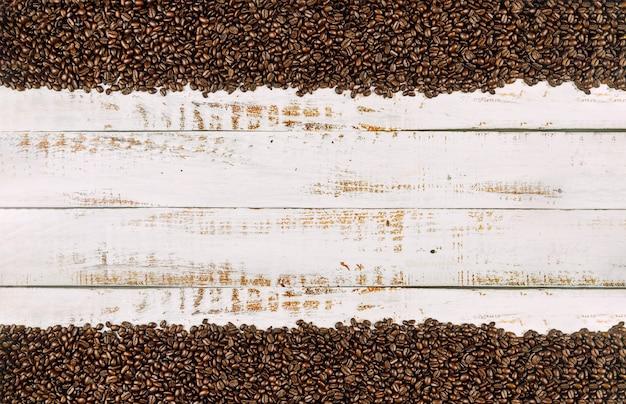 Grãos de café sobre fundo de madeira rústico