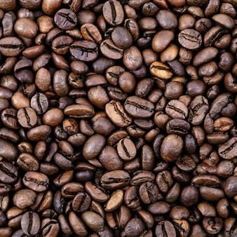 Grãos de café. superfície dos grãos de café torrados marrom. layout. postura plana.