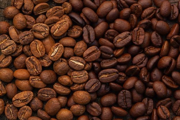 Grãos de café textura fundo de alta qualidade. grãos de café torrados. mistura de diferentes tipos de fundo de grãos de café torrados.
