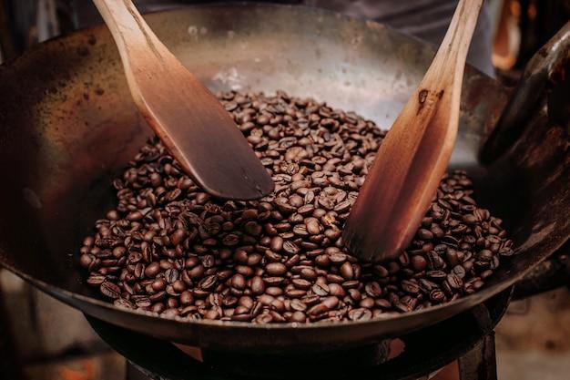 Grãos de café torrado e pá.