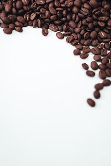 Grãos de café torrados aromáticos frescos isolados no fundo branco