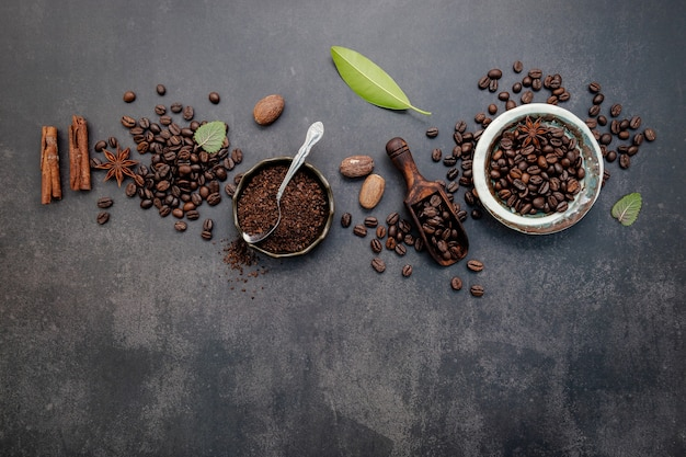 Grãos de café torrados com café em pó e ingredientes saborosos para preparar um café saboroso