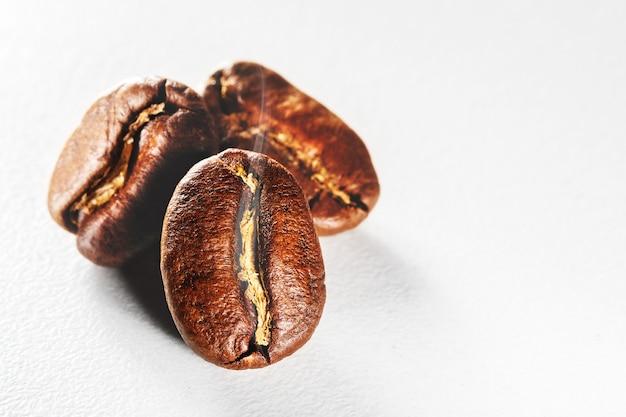 Grãos de café torrados com fumaça aromática.