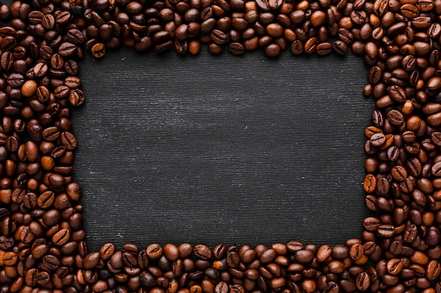 Grãos de café torrados com maquete