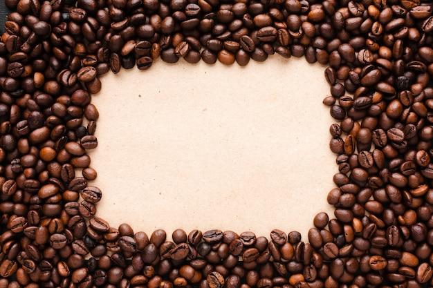 Grãos de café torrados com moldura