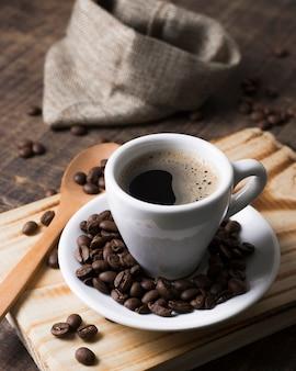 Grãos de café torrados e café saboroso