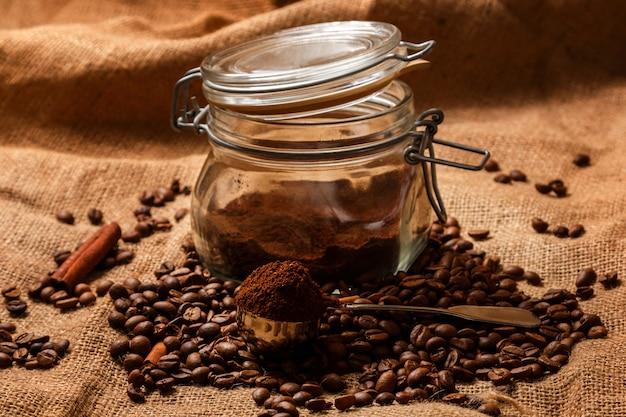 Grãos de café torrados e colher com café moído