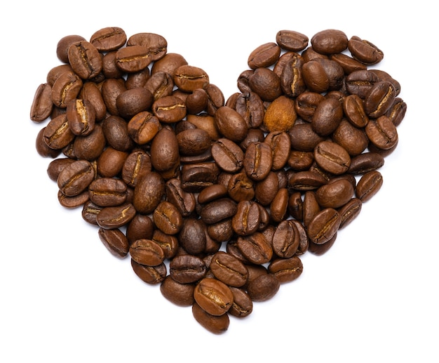 Grãos de café torrados em forma de coração isolado. eu amo café