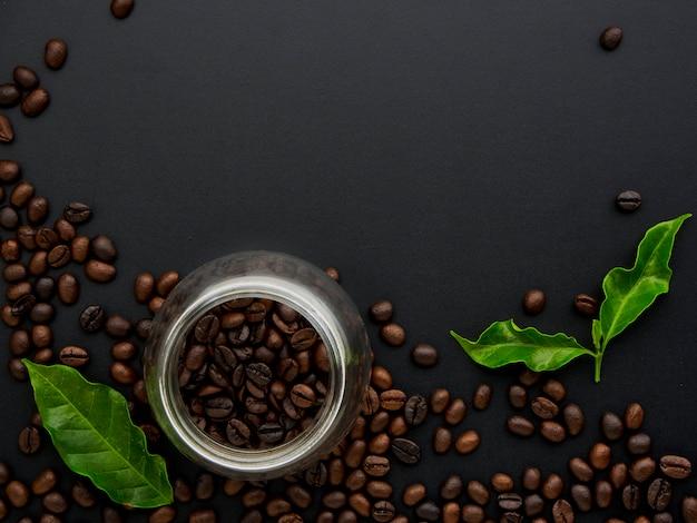 Grãos de café torrados em frasco de vidro