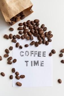 Grãos de café torrados em saco de papel