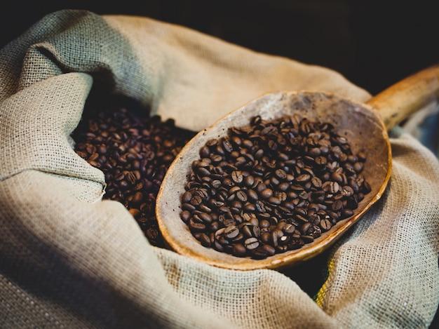Grãos de café torrados em saco