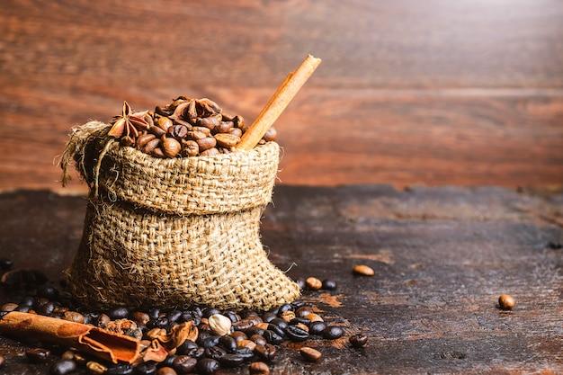 Grãos de café torrados em sacos marrons
