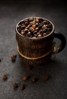 Grãos de café torrados em um fundo escuro, close-up, foco seletivo