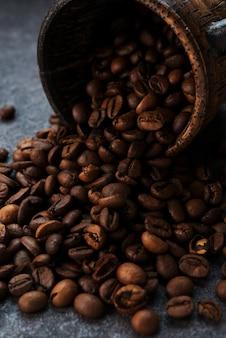 Grãos de café torrados em um fundo escuro, close-up