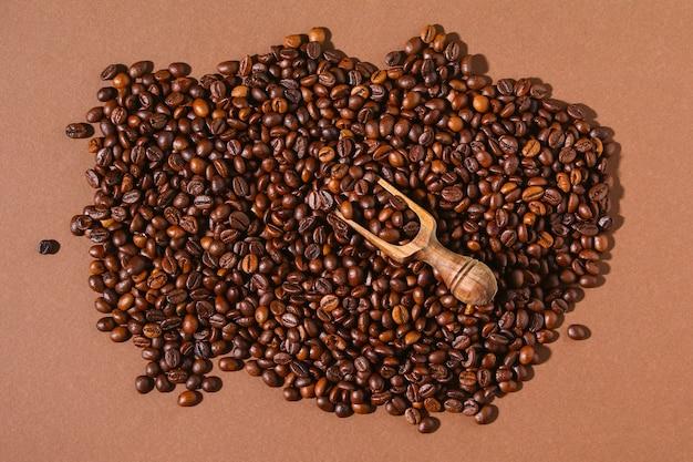 Grãos de café torrados em um fundo marrom