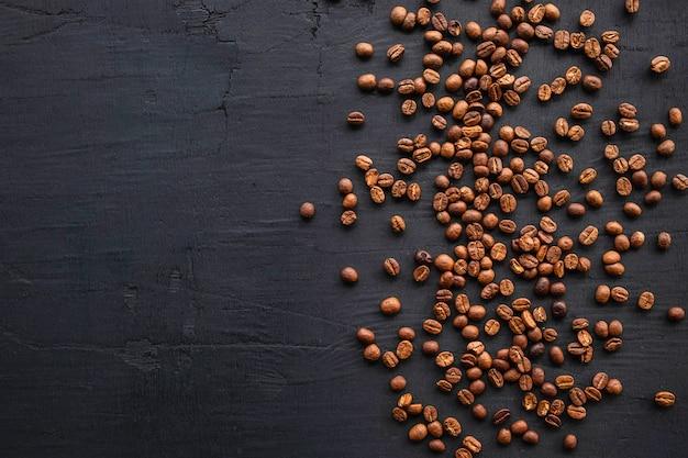 Grãos de café torrados em um fundo preto