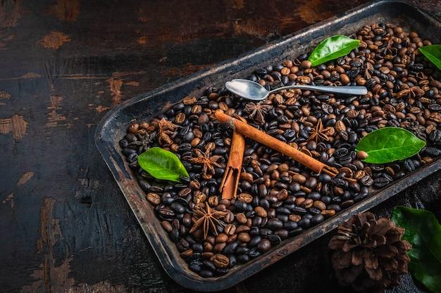 Grãos de café torrados em uma bandeja