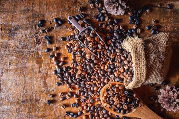 Grãos de café torrados em uma colher de pau